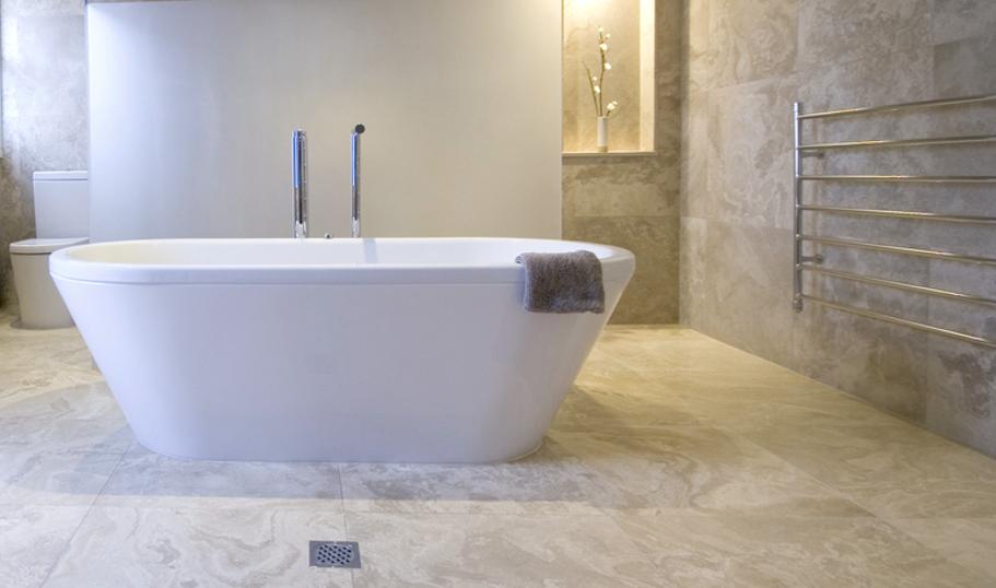 grote tegels in badkamer