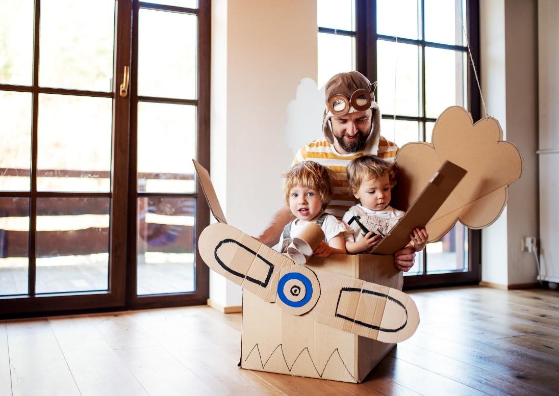 Kinderen met vader in doos