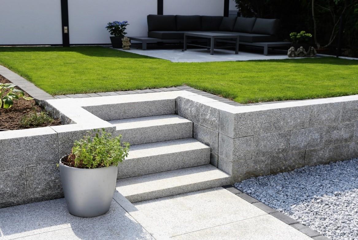 Moderne tuin met afscheiding