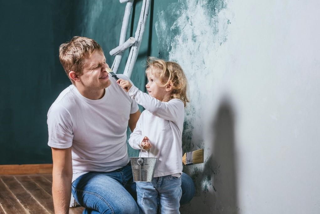 Kind met vader schilderen