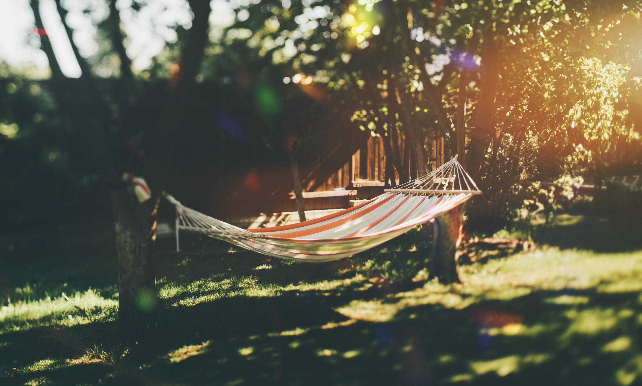 Thuis vakantie vieren: Hangmat in eigen tuin.