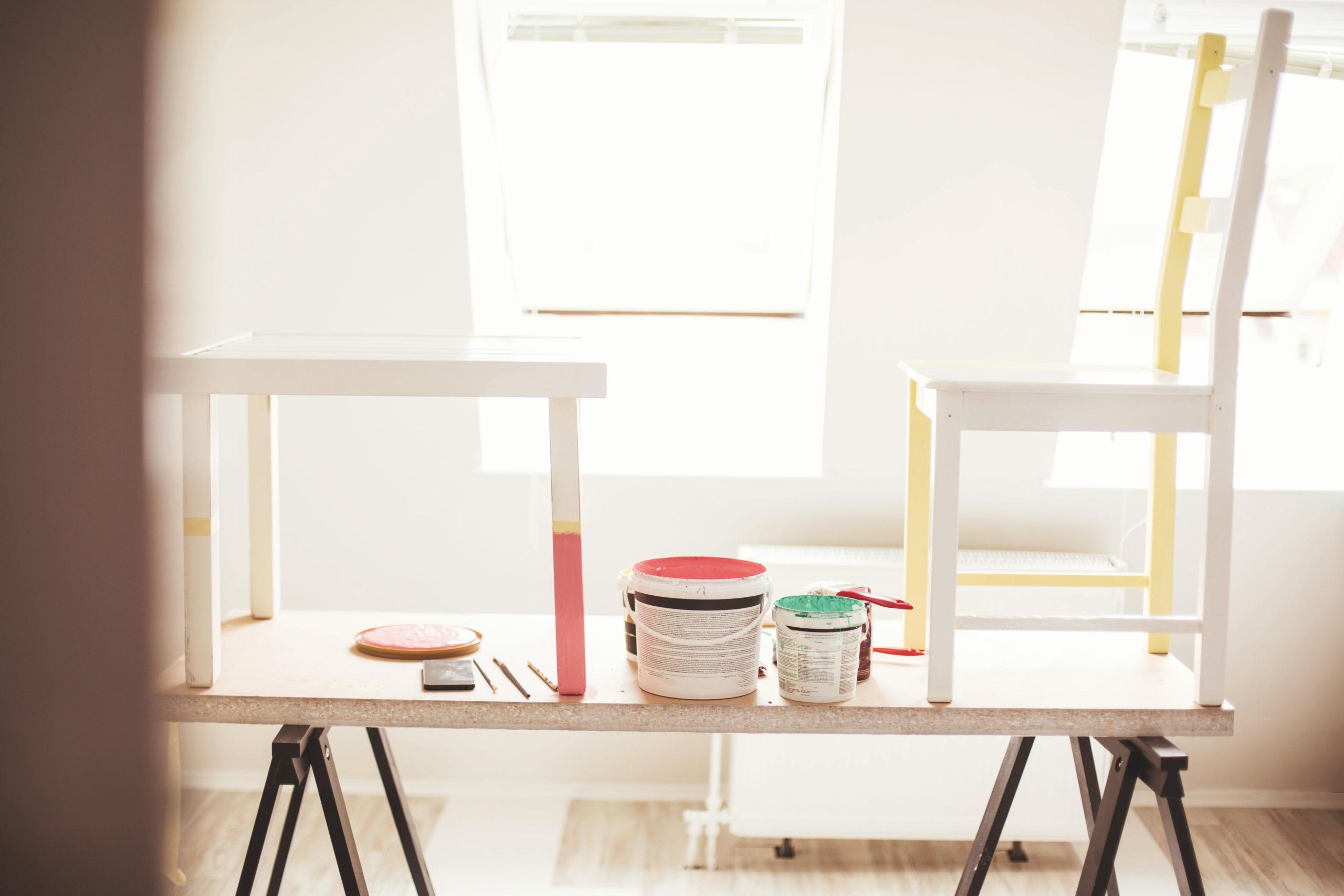 Thuis vakantie vieren: verf je stoelen in zomerse kleuren.