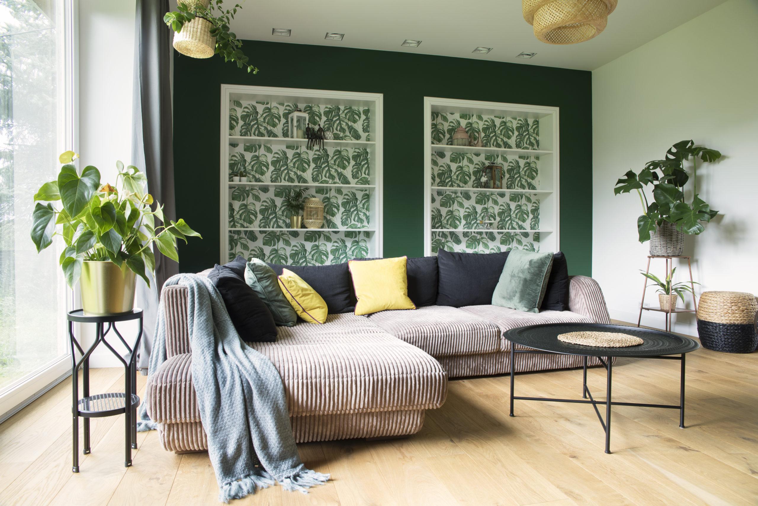 Natuurlijk interieur met groene wand